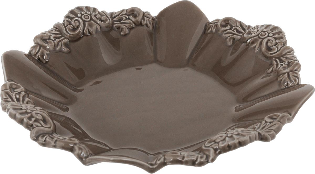 Блюдо Patricia Брауни, диаметр 26,5 смIM18-0108Круглое блюдо Patricia Брауни - прекрасное дополнение праздничного стола. Изделие, выполненное из высококачественного фаянса, оформлено рельефным узором. Блюдо сочетает в себе изысканный дизайн с максимальной функциональностью. Оно идеально подойдет для сервировки стола и станет отличным подарком к любому празднику. Не рекомендуется использовать в микроволновой печи и мыть в посудомоечной машине. Диаметр блюда (по верхнему краю): 26,5 см. Высота блюда: 4,5 см.