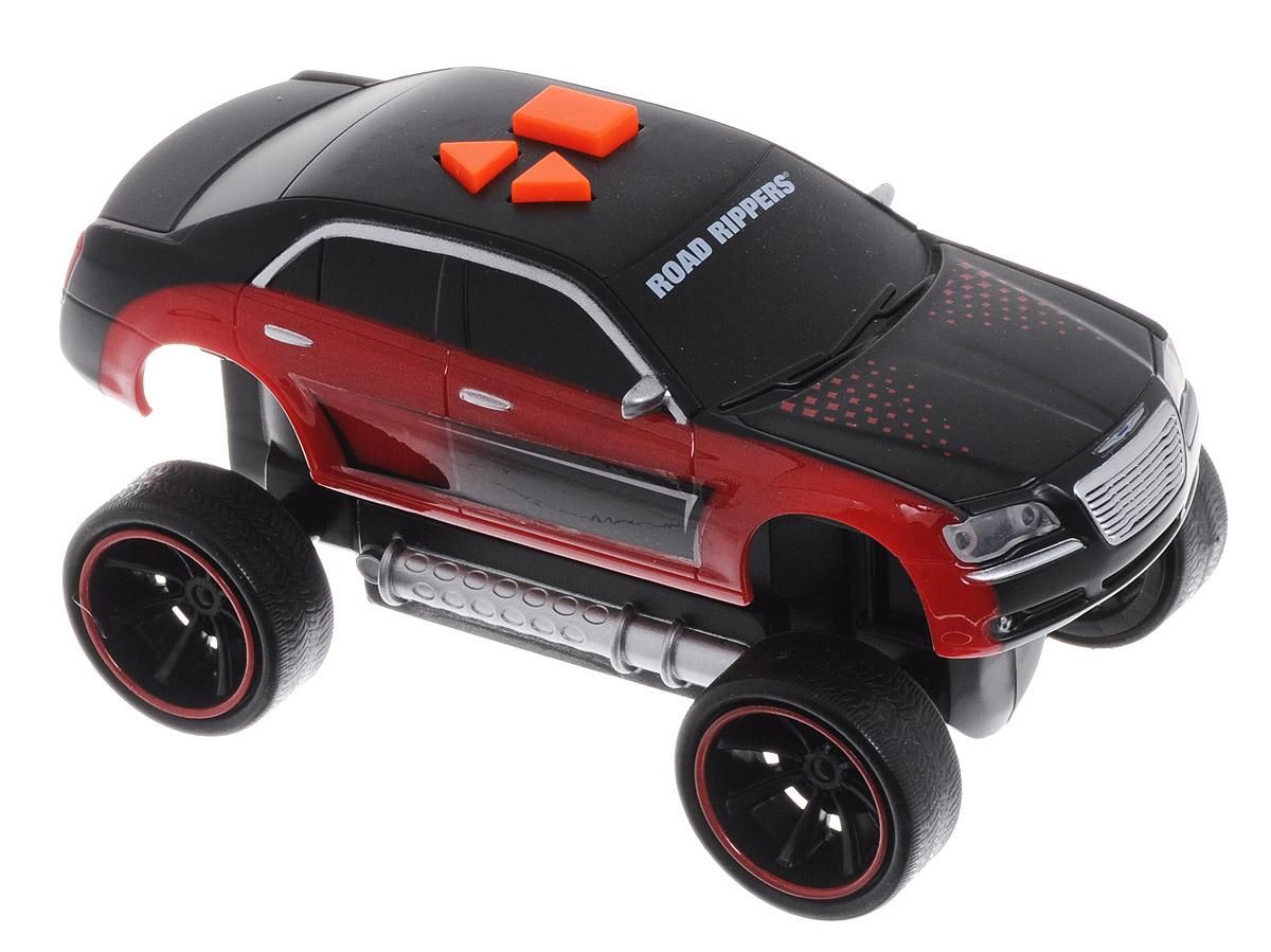 Toystate Машинка Road Rippers цвет черный красный33041TS_красный, черныйЯркая машинка Road Rippers со звуковыми эффектами, несомненно, понравится вашему ребенку и не позволит ему скучать. Игрушка выполнена в виде яркой гоночной машины. При нажатии на кнопки, расположенные на крыше, светятся фары, воспроизводятся звуки двигателя и включенной передачи заднего хода, раздается голос диктора, сообщающего о старте гонки, а также машинка демонстрирует трюки. Ваш ребенок часами будет играть с машинкой, придумывая различные истории и устраивая соревнования. Порадуйте его таким замечательным подарком! Рекомендуется докупить 3 батарейки типа AАА (товар комплектуется демонстрационными).