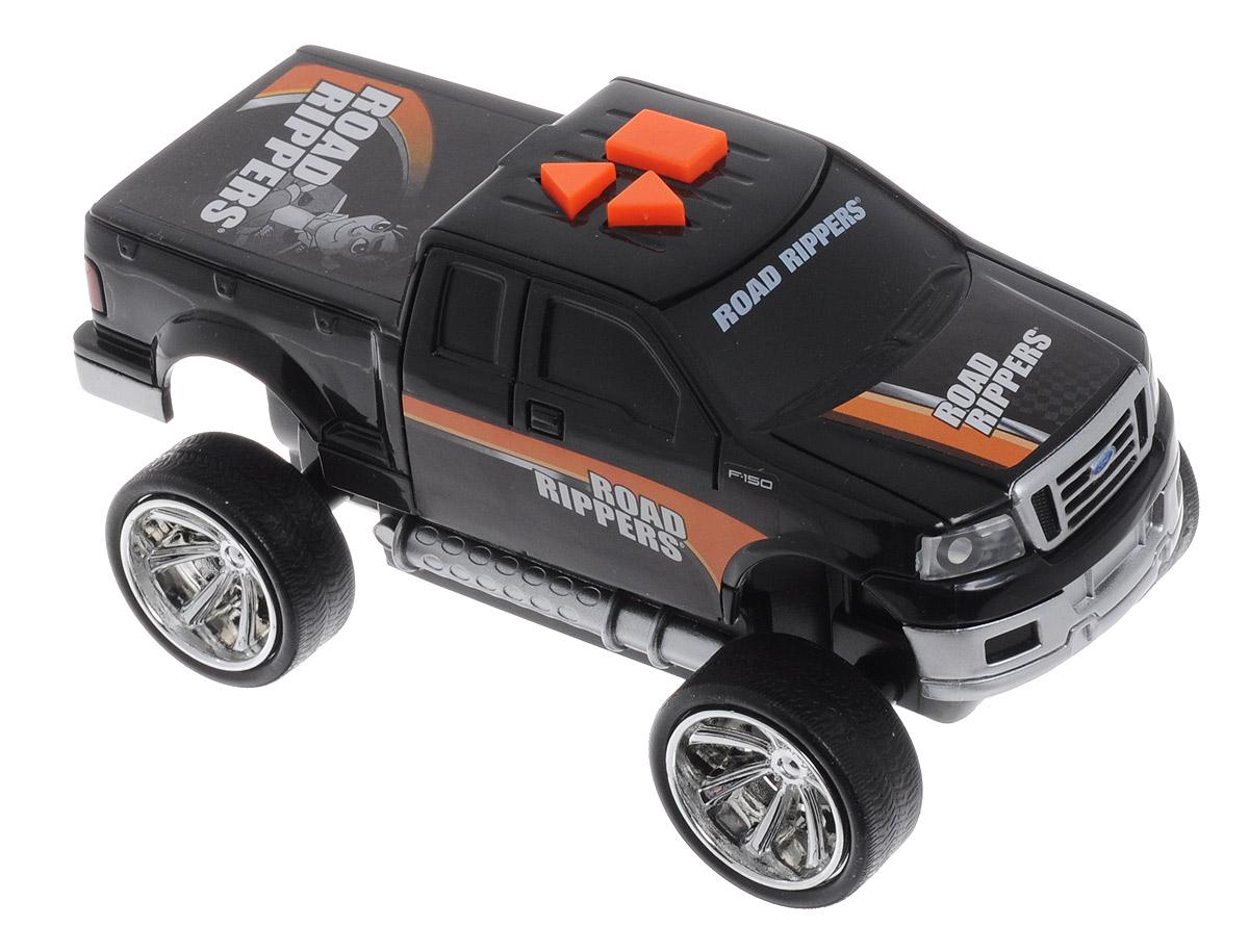 Toystate Машинка Road Rippers цвет черный33041TS_черныйЯркая машинка Road Rippers со звуковыми эффектами, несомненно, понравится вашему ребенку и не позволит ему скучать. Игрушка выполнена в виде яркой гоночной машины. При нажатии на кнопки, расположенные на крыше, светятся фары, воспроизводятся звуки двигателя и включенной передачи заднего хода, раздается голос диктора, сообщающего о старте гонки, а также машинка демонстрирует трюки. Ваш ребенок часами будет играть с машинкой, придумывая различные истории и устраивая соревнования. Порадуйте его таким замечательным подарком! Рекомендуется докупить 3 батарейки типа AАА (товар комплектуется демонстрационными).
