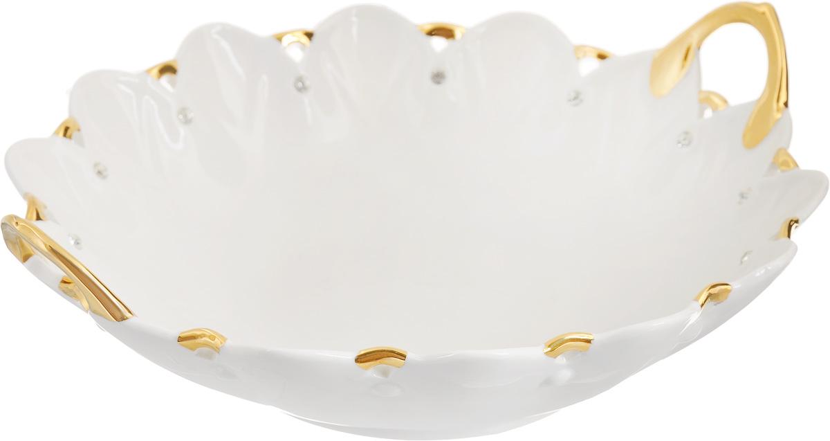 Блюдо Patricia Даймонд, с ручками, диаметр 28 смIM520121Оригинальное блюдо Patricia Даймонд - прекрасное дополнение праздничного стола. Изделие, выполненное из высококачественного фарфора, декорировано позолотой и стразами и оснащено ручками. Блюдо сочетает в себе изысканный дизайн с максимальной функциональностью. Оно идеально подойдет для сервировки стола и станет отличным подарком к любому празднику. Не рекомендуется использовать в микроволновой печи и мыть в посудомоечной машине. Диаметр блюда (по верхнему краю): 28 см. Высота блюда (без учета ручек): 7 см.