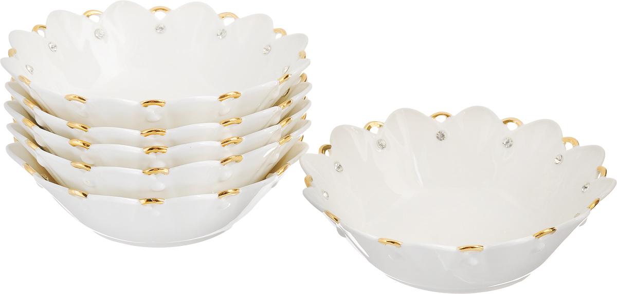 Набор салатников Patricia Даймонд, диаметр 17 см, 6 штIM520191Набор Patricia Даймонд состоит из 6 салатников. Изделия выполнены из фарфора и украшены позолотой и стразами. Они идеально подходят для сервировки стола и подачи различных закусок. Такие салатники прекрасно впишутся в интерьер вашей кухни и станут достойным дополнением к кухонному инвентарю. Не рекомендуется мыть в посудомоечной машине и использовать в микроволновой печи. Диаметр салатника (по верхнему краю): 17 см. Высота салатника: 4,5 см.