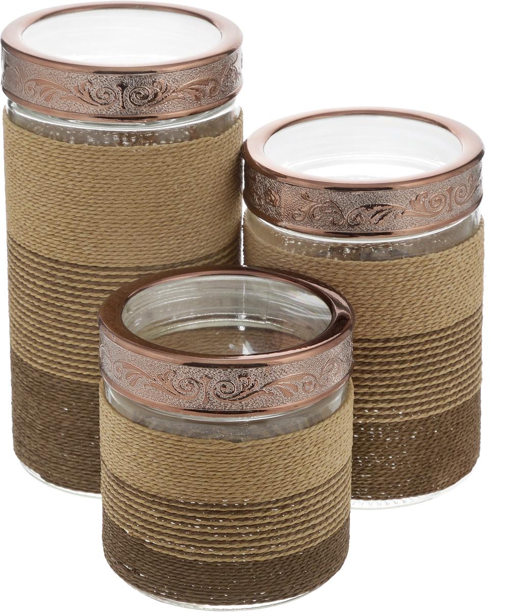 Набор банок для сыпучих продуктов Patricia Полоска, 3 штIM99-3901Набор Patricia Полоска состоит из трех банок для сыпучих продуктов, выполненных из прочного стекла. Изделия, декорированные плетеной вставкой, имеют цилиндрическую форму и оснащены герметичными крышками из высококачественного пластика. Такие банки прекрасно подходят для хранения сахара, соли, круп, конфет, орехов, печенья и других сыпучих продуктов. Не рекомендуется мыть в посудомоечной машине. Диаметр банок (по верхнему краю): 9,5 см. Высота банок (с учетом крышки): 12,5 см, 17,5 см, 22,5 см. Объем банок: 900 мл, 1,35 л, 1,8 л. УВАЖАЕМЫЕ КЛИЕНТЫ! Обращаем ваше внимание, что объем банок измерен по факту, с учетом максимального наполнения до кромки.