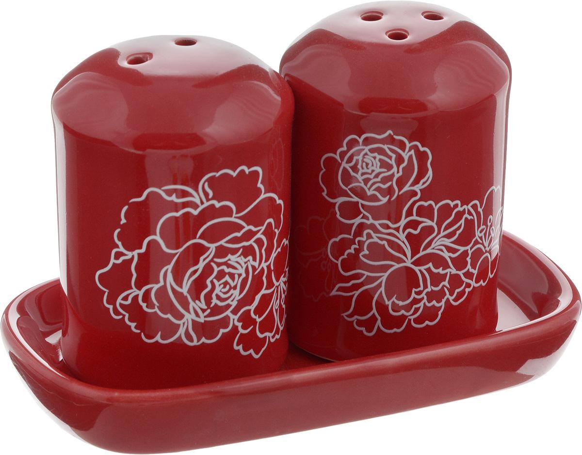 Набор для специй Loraine Красный узор, 3 предмета25828Набор для специй Loraine Красный узор, изготовленный из доломитовой керамики высокого качества, состоит из солонки, перечницы и подставки. Солонка и перечница декорированы цветочным узором и помещаются на специальную подставку. Солонка и перечница легки в использовании: стоит только перевернуть емкости, и вы с легкостью сможете поперчить или добавить соль по вкусу в любое блюдо. Набор Loraine не только украсит стол, но и станет полезным аксессуаром, как на кухне, так и за праздничным столом. Можно мыть в посудомоечной машине. Диаметр солонки/перечницы: 4,5 см. Высота солонки/перечницы: 6,5 см. Размер подставки: 11,5 х 6,5 х 1,5 см.