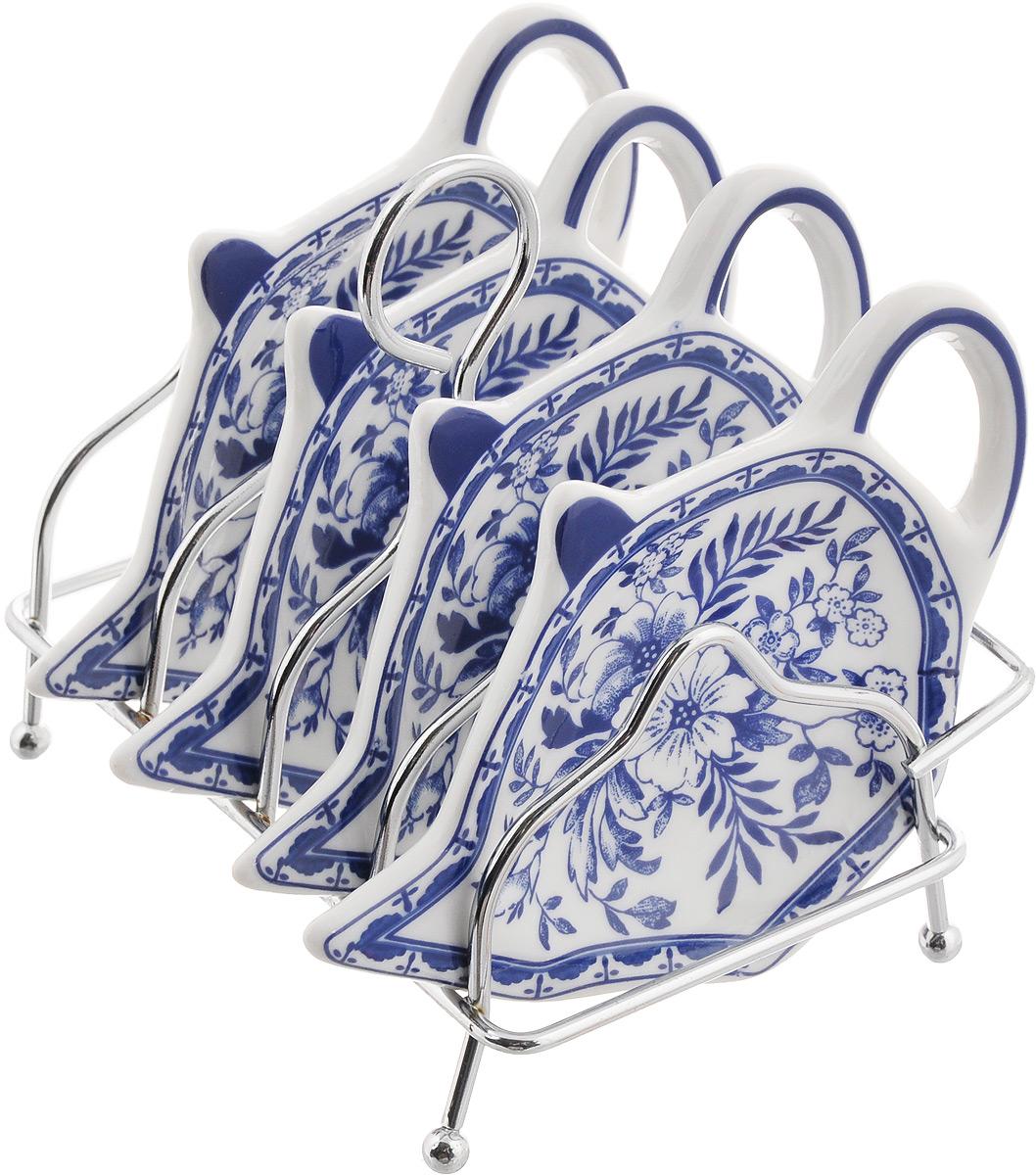 Набор подставок для чайных пакетиков Patricia Флер, 5 предметовIM56-0212Набор подставок Patricia Флер, изготовленный из высококачественного фарфора, порадует вас оригинальностью и дизайном. Подставки выполнены в форме чайничка и оформлены ярким рисунком. В комплект входит металлическая подставка. Можно мыть в посудомоечной машине и использовать в микроволновой печи. Размер подставки для чайных пакетиков: 11,5 х 8 см. Размер металлической подставки: 12 х 9 х 10 см.
