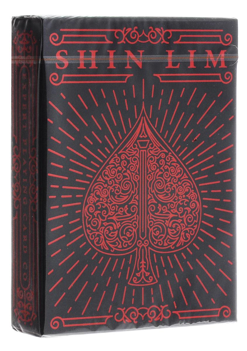 Карты игральные Shin Lim/Шин Лима, 54 картыК-584Шин Лим - один из самых известных и популярных фокусников нашего времени. Он является призером чемпионата FISM 2015 года. Его техника исполнения трюков впечатляет иллюзионистов всего мира. Теперь он выпустил свою собственную колоду. Карты упакованы в уникальную темную коробку с красным тиснением. Они изготовлены из премиальных материалов и удивительно приятные на ощупь. Контрастные и яркие цвета в дизайне карт и невероятный баланс узоров и прямых линий делает колоду изысканной и красивой. Купив эти карты, вы поймете, почему Шин Лим работает именно с ними.