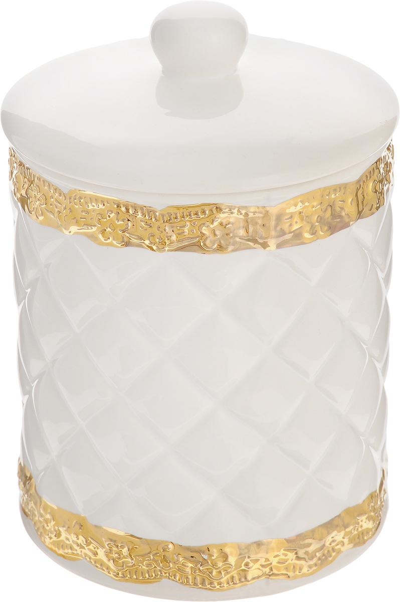 Банка для сыпучих продуктов Patricia Вивиана, 900 млIM18-0209Банка для сыпучих продуктов Patricia Вивиана, изготовленная из высококачественного фаянса, имеет рельефную поверхность и декорирована золотистым кантом в виде изящных цветов. Банка оснащена плотно закрывающейся крышкой с силиконовым уплотнителем. Благодаря этому внутри сохраняется герметичность, и продукты дольше остаются свежими. Изделие предназначено для хранения различных сыпучих продуктов: круп, чая, сахара, орехов и многого другого. Функциональная и вместительная, такая банка станет незаменимым аксессуаром на любой кухне. Не рекомендуется использовать в микроволновой печи и мыть в посудомоечной машине. Диаметр банки (по верхнему краю): 10,7 см. Высота банки (без учета крышки): 12,5 см.