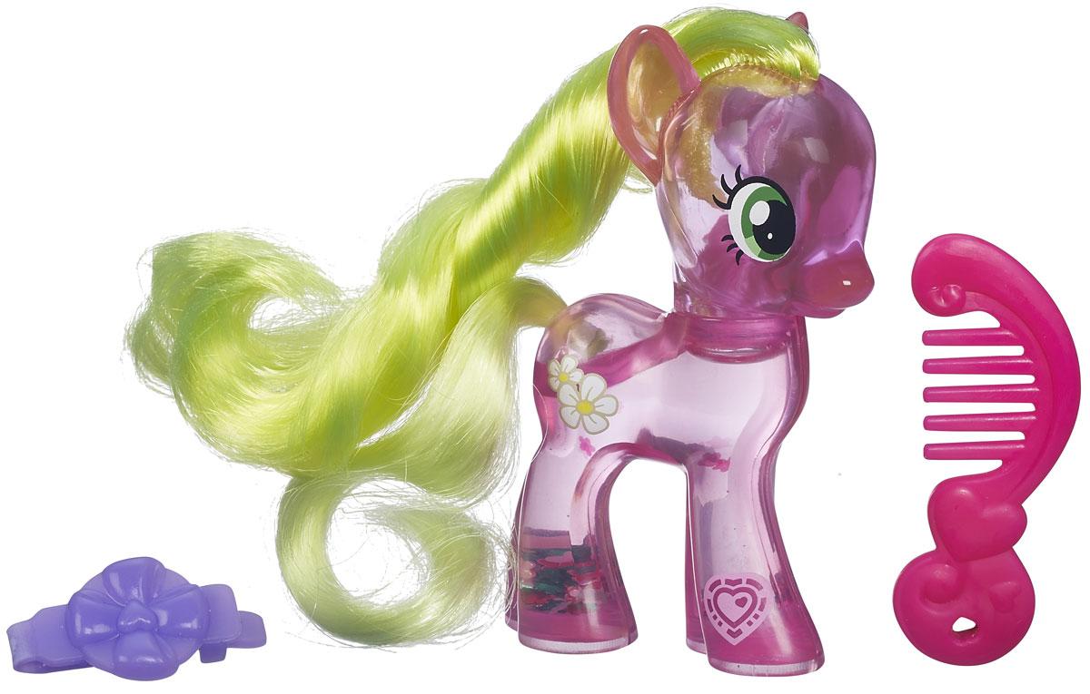 My Little Pony Игровой набор Пони с блестками Flower WishesB0357EU6_B5415Яркий игровой набор My Little Pony Пони с блестками. Flower Wishes привлечет внимание вашей малышки и не позволит ей скучать. Набор выполнен из безопасного пластика ярких цветов и состоит из фигурки пони, выполненной в виде принцессы Flower Wishes. Тело фигурки наполнено водой, в которой плавают и переливаются разноцветные блестки-цветочки. В наборе присутствуют аксессуары для игры с пони: розовая расческа и фиолетовая заколка в виде цветочка. У принцессы-пони большие выразительные глазки, длинная грива и хвост, которые малышка сможет расчесывать с помощью гребешка. Ваша малышка будет часами играть с набором, придумывая различные истории. Порадуйте ее таким замечательным подарком!