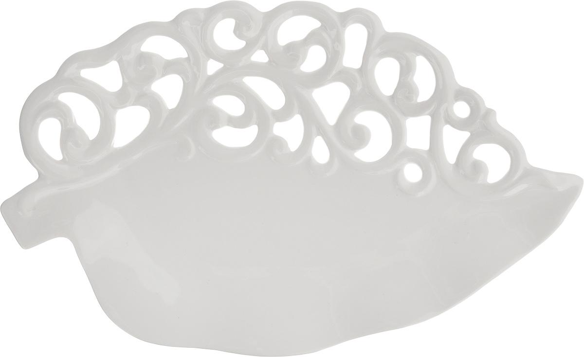 Блюдо Patricia Воздушные узоры, 35,5 х 22 х 3 смIM08-0211Ажурное блюдо Patricia Воздушные узоры - прекрасное дополнение праздничного стола. Изделие, выполненное из высококачественного доломита, оформлено оригинальной перфорацией. Блюдо сочетает в себе изысканный дизайн с максимальной функциональностью. Оно идеально подойдет для сервировки стола и станет отличным подарком к любому празднику. Не рекомендуется использовать в микроволновой печи и мыть в посудомоечной машине.
