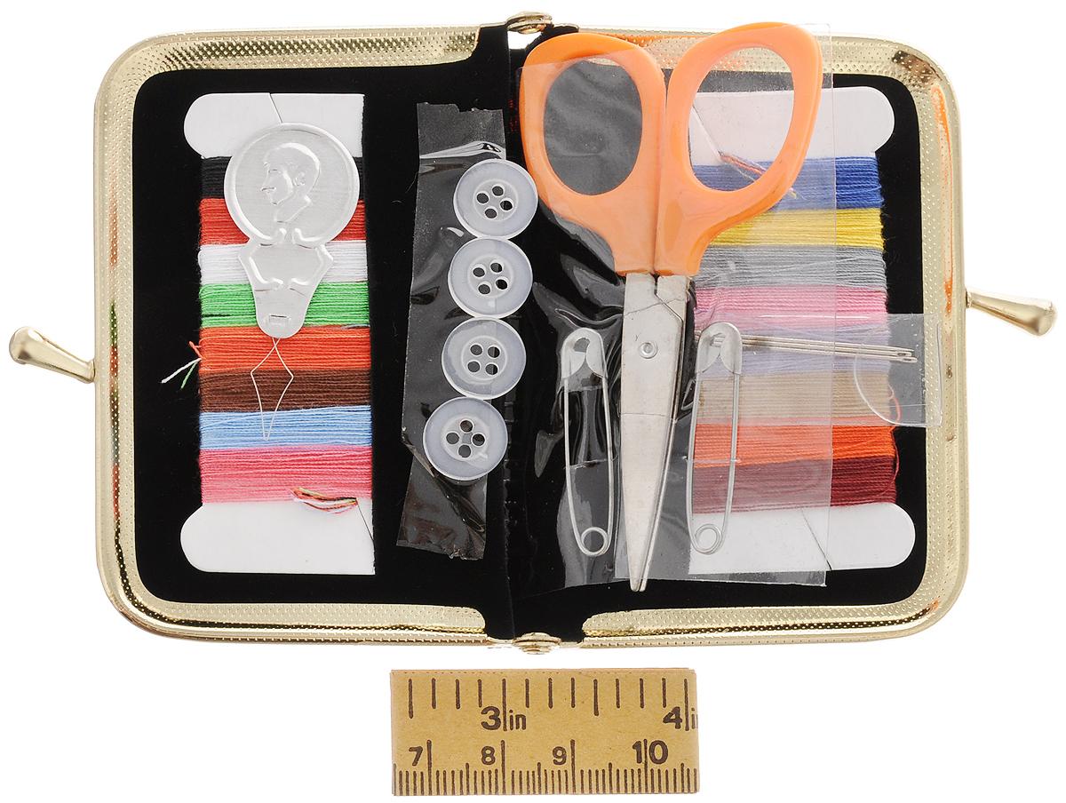 Набор швейный Hemline, дорожный, 18 предметов694Швейный набор Hemline состоит из 10 разноцветных ниток, нитевдевателя, безопасных булавок, ручных игл, сантиметра, пуговиц для рубашки и ножниц. Предметы набора хранятся в специальном кошельке на защелке. Этот компактный набор станет незаменимым помощником в путешествиях, командировках и дома. Длина сантиметра: 64 см. Длина ножниц: 7,7 см. Размер кошелька: 8,7 х 8 х 1 см.