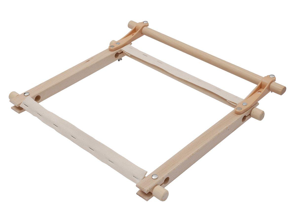 Планка вспомогательная Elbesee 60 смHH24С помощью этой вспомогательной планки рамка крепится к стенду посилок, не захватывая планку самой рамки. В этом случае канва легко прокручивается, без снятия рамки со станка. На планке находятся магнитные держатели для ножницы и иголок. Материал: дерево
