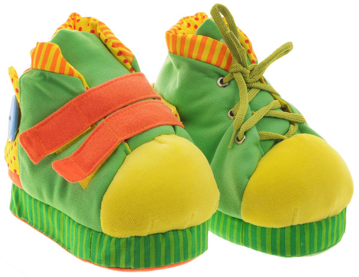 Мякиши Развивающая игрушка Ботиночки цвет салатовый оранжевый172_салатовый, оранжевыйЯркие развивающие Ботиночки, непременно, привлекут внимание малыша и научат его во время игры справляться с многочисленными застежками. Игрушка выполнена из высококачественных разнофактурных тканей (хлопок, флис, махровый трикотаж) и мягкого наполнителя, что делает ее абсолютно безопасной в игре. На правом ботиночке малыш найдет две большие застежки-липучки, большую пришитую пластиковую пуговицу и застежку-молнию. На левом есть шнуровка, еще одна пластиковая пуговица и металлическая застежка-кнопка. Шнурок на ботинке очень удобный - достаточно толстый, малышу будет удобно его держать и завязывать. На подошвах ботиночки имеют нескользящие пупырышки, яркие язычки снабжены шуршащими вставками. В носике одного ботинка спрятана веселая пищалка. Игрушка Ботиночки способствует отличному развитию тактильных ощущений, мелкой моторики, мышления, координации движений. Яркие цвета стимулируют зрительное восприятие.