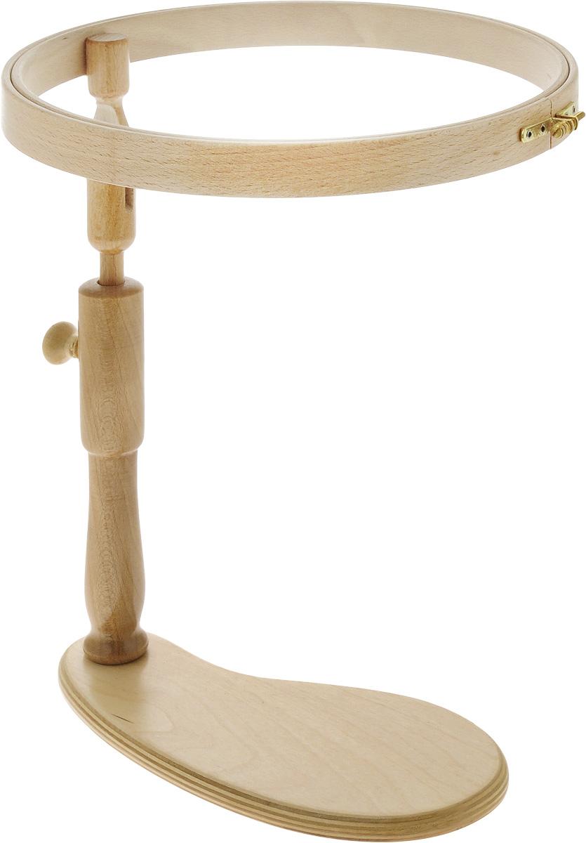 Пяльцы Klass & Gessmann, настольные, диаметр, 30,5 см305-11Настольные пяльцы Klass & Gessmann изготовлены из трехслойного клееного полированного бруса (бука) и оснащены латунным винтом для надежного закрепления ткани. Пяльцы не надо удерживать в руках. Они легко поворачиваются относительно вертикальной стойки и регулируются по высоте расположения. Пяльцы просто незаменимы для вышивки. Их основное назначение - держать материал в натянутом состоянии. Не требуются специальные крепления к столешнице или другим предметам. Пяльцы отполированы, очень прочные и доставляют истинное наслаждение в работе. Диаметр: 30,5 см. Высота обода: 26 мм. Размер поставки: 28 х 12 см.