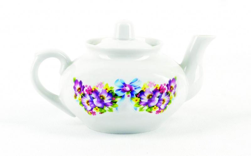 Чайник заварочный Фарфор Вербилок Фиалка. 14202101420210Для того чтобы насладиться чайной церемонией, требуется не только знание ритуала и чай высшего сорта. Необходим прекрасный заварочный чайник, который может быть как центральной фигурой фарфорового сервиза, так и самостоятельным, отдельным предметом. От его формы и качества фарфора зависит аромат и вкус приготовленного напитка. Именно такие предметы формируют в доме атмосферу истинного уюта, тепла и гармонии. Можно ли сравнить пакетик с чаем или растворимый кофе с заварными вариантами этих напитков, которые нужно готовить самим? Каждый их почитатель ответит, что если применить кофейник или заварочный чайник, то можно ощутить более богатый, ароматный вкус этих замечательных напитков.