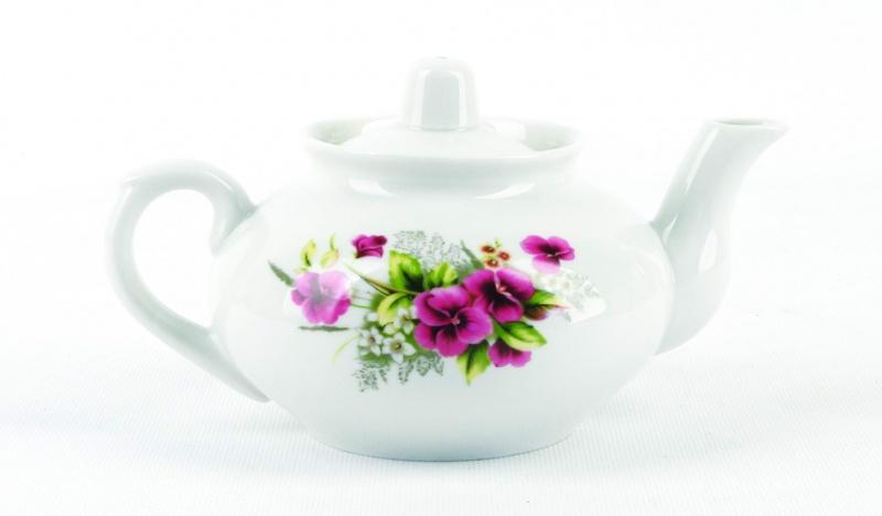 Чайник заварочный Фарфор Вербилок Виола. 14207501420750Для того чтобы насладиться чайной церемонией, требуется не только знание ритуала и чай высшего сорта. Необходим прекрасный заварочный чайник, который может быть как центральной фигурой фарфорового сервиза, так и самостоятельным, отдельным предметом. От его формы и качества фарфора зависит аромат и вкус приготовленного напитка. Именно такие предметы формируют в доме атмосферу истинного уюта, тепла и гармонии. Можно ли сравнить пакетик с чаем или растворимый кофе с заварными вариантами этих напитков, которые нужно готовить самим? Каждый их почитатель ответит, что если применить кофейник или заварочный чайник, то можно ощутить более богатый, ароматный вкус этих замечательных напитков.