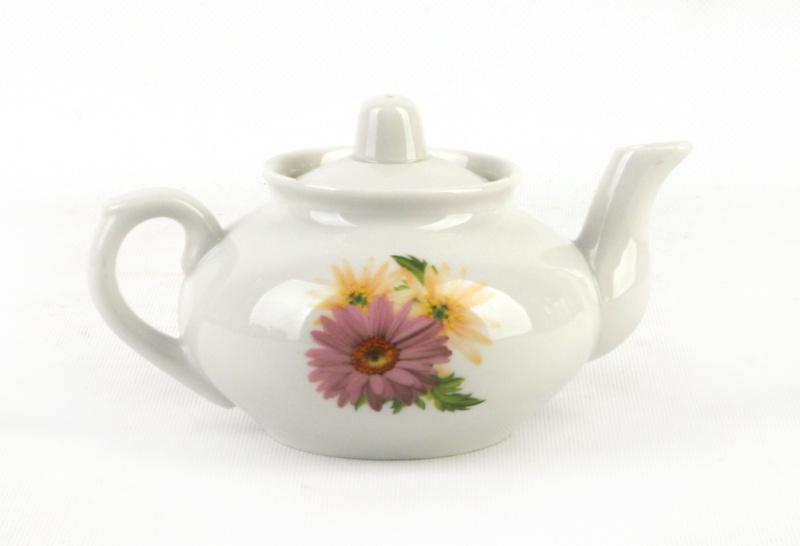 Чайник заварочный Фарфор Вербилок Розовые герберы. 14316601431660Для того чтобы насладиться чайной церемонией, требуется не только знание ритуала и чай высшего сорта. Необходим прекрасный заварочный чайник, который может быть как центральной фигурой фарфорового сервиза, так и самостоятельным, отдельным предметом. От его формы и качества фарфора зависит аромат и вкус приготовленного напитка. Именно такие предметы формируют в доме атмосферу истинного уюта, тепла и гармонии. Можно ли сравнить пакетик с чаем или растворимый кофе с заварными вариантами этих напитков, которые нужно готовить самим? Каждый их почитатель ответит, что если применить кофейник или заварочный чайник, то можно ощутить более богатый, ароматный вкус этих замечательных напитков.