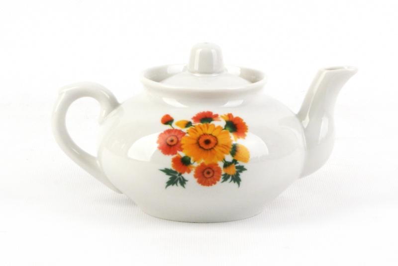 Чайник заварочный Фарфор Вербилок Оранжевые герберы. 14316701431670Для того чтобы насладиться чайной церемонией, требуется не только знание ритуала и чай высшего сорта. Необходим прекрасный заварочный чайник, который может быть как центральной фигурой фарфорового сервиза, так и самостоятельным, отдельным предметом. От его формы и качества фарфора зависит аромат и вкус приготовленного напитка. Именно такие предметы формируют в доме атмосферу истинного уюта, тепла и гармонии. Можно ли сравнить пакетик с чаем или растворимый кофе с заварными вариантами этих напитков, которые нужно готовить самим? Каждый их почитатель ответит, что если применить кофейник или заварочный чайник, то можно ощутить более богатый, ароматный вкус этих замечательных напитков.