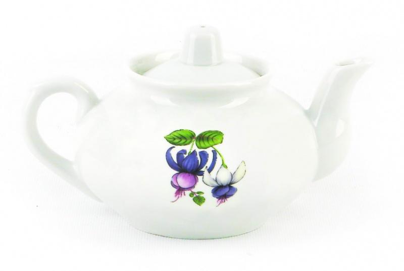 Чайник заварочный Фарфор Вербилок Фуксия. 14317201431720Для того чтобы насладиться чайной церемонией, требуется не только знание ритуала и чай высшего сорта. Необходим прекрасный заварочный чайник, который может быть как центральной фигурой фарфорового сервиза, так и самостоятельным, отдельным предметом. От его формы и качества фарфора зависит аромат и вкус приготовленного напитка. Именно такие предметы формируют в доме атмосферу истинного уюта, тепла и гармонии. Можно ли сравнить пакетик с чаем или растворимый кофе с заварными вариантами этих напитков, которые нужно готовить самим? Каждый их почитатель ответит, что если применить кофейник или заварочный чайник, то можно ощутить более богатый, ароматный вкус этих замечательных напитков.