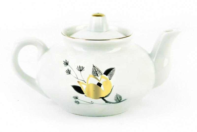 Чайник заварочный Фарфор Вербилок Ветка. 14323301432330Для того чтобы насладиться чайной церемонией, требуется не только знание ритуала и чай высшего сорта. Необходим прекрасный заварочный чайник, который может быть как центральной фигурой фарфорового сервиза, так и самостоятельным, отдельным предметом. От его формы и качества фарфора зависит аромат и вкус приготовленного напитка. Именно такие предметы формируют в доме атмосферу истинного уюта, тепла и гармонии. Можно ли сравнить пакетик с чаем или растворимый кофе с заварными вариантами этих напитков, которые нужно готовить самим? Каждый их почитатель ответит, что если применить кофейник или заварочный чайник, то можно ощутить более богатый, ароматный вкус этих замечательных напитков.