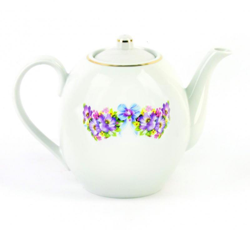 Чайник заварочный Фарфор Вербилок Фиалка. 15402101540210Для того чтобы насладиться чайной церемонией, требуется не только знание ритуала и чай высшего сорта. Необходим прекрасный заварочный чайник, который может быть как центральной фигурой фарфорового сервиза, так и самостоятельным, отдельным предметом. От его формы и качества фарфора зависит аромат и вкус приготовленного напитка. Именно такие предметы формируют в доме атмосферу истинного уюта, тепла и гармонии. Можно ли сравнить пакетик с чаем или растворимый кофе с заварными вариантами этих напитков, которые нужно готовить самим? Каждый их почитатель ответит, что если применить кофейник или заварочный чайник, то можно ощутить более богатый, ароматный вкус этих замечательных напитков.