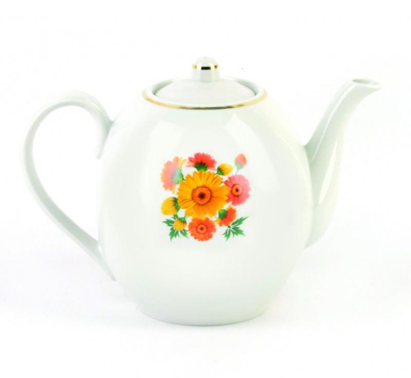 Чайник заварочный Фарфор Вербилок Оранжевые герберы. 15416701541670Для того чтобы насладиться чайной церемонией, требуется не только знание ритуала и чай высшего сорта. Необходим прекрасный заварочный чайник, который может быть как центральной фигурой фарфорового сервиза, так и самостоятельным, отдельным предметом. От его формы и качества фарфора зависит аромат и вкус приготовленного напитка. Именно такие предметы формируют в доме атмосферу истинного уюта, тепла и гармонии. Можно ли сравнить пакетик с чаем или растворимый кофе с заварными вариантами этих напитков, которые нужно готовить самим? Каждый их почитатель ответит, что если применить кофейник или заварочный чайник, то можно ощутить более богатый, ароматный вкус этих замечательных напитков.