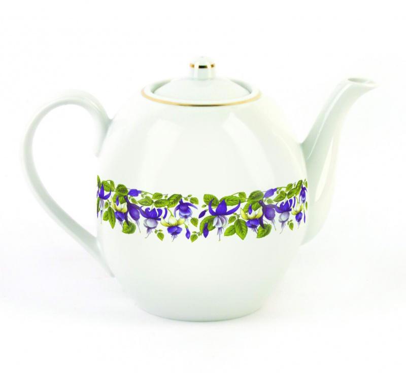 Чайник заварочный Фарфор Вербилок Фуксия. 15417201541720Для того чтобы насладиться чайной церемонией, требуется не только знание ритуала и чай высшего сорта. Необходим прекрасный заварочный чайник, который может быть как центральной фигурой фарфорового сервиза, так и самостоятельным, отдельным предметом. От его формы и качества фарфора зависит аромат и вкус приготовленного напитка. Именно такие предметы формируют в доме атмосферу истинного уюта, тепла и гармонии. Можно ли сравнить пакетик с чаем или растворимый кофе с заварными вариантами этих напитков, которые нужно готовить самим? Каждый их почитатель ответит, что если применить кофейник или заварочный чайник, то можно ощутить более богатый, ароматный вкус этих замечательных напитков.
