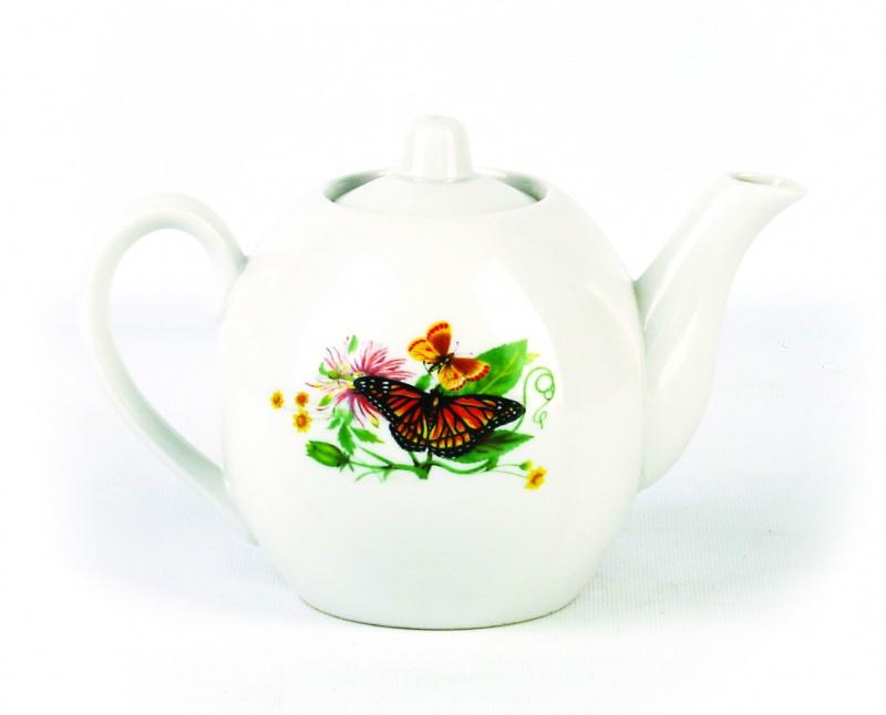 Чайник заварочный Фарфор Вербилок Бабочки. 16405901640590Для того чтобы насладиться чайной церемонией, требуется не только знание ритуала и чай высшего сорта. Необходим прекрасный заварочный чайник, который может быть как центральной фигурой фарфорового сервиза, так и самостоятельным, отдельным предметом. От его формы и качества фарфора зависит аромат и вкус приготовленного напитка. Именно такие предметы формируют в доме атмосферу истинного уюта, тепла и гармонии. Можно ли сравнить пакетик с чаем или растворимый кофе с заварными вариантами этих напитков, которые нужно готовить самим? Каждый их почитатель ответит, что если применить кофейник или заварочный чайник, то можно ощутить более богатый, ароматный вкус этих замечательных напитков.