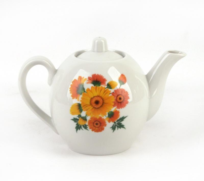 Чайник заварочный Фарфор Вербилок Оранжевые герберы. 16416701641670Для того чтобы насладиться чайной церемонией, требуется не только знание ритуала и чай высшего сорта. Необходим прекрасный заварочный чайник, который может быть как центральной фигурой фарфорового сервиза, так и самостоятельным, отдельным предметом. От его формы и качества фарфора зависит аромат и вкус приготовленного напитка. Именно такие предметы формируют в доме атмосферу истинного уюта, тепла и гармонии. Можно ли сравнить пакетик с чаем или растворимый кофе с заварными вариантами этих напитков, которые нужно готовить самим? Каждый их почитатель ответит, что если применить кофейник или заварочный чайник, то можно ощутить более богатый, ароматный вкус этих замечательных напитков.
