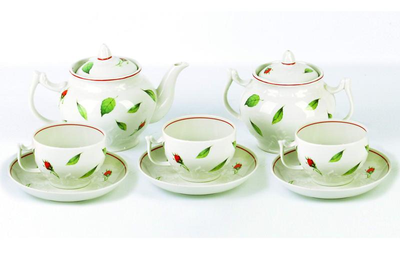 Чайник заварочный Фарфор Вербилок Бутоны раскидные. 1644105016441050Для того чтобы насладиться чайной церемонией, требуется не только знание ритуала и чай высшего сорта. Необходим прекрасный заварочный чайник, который может быть как центральной фигурой фарфорового сервиза, так и самостоятельным, отдельным предметом. От его формы и качества фарфора зависит аромат и вкус приготовленного напитка. Именно такие предметы формируют в доме атмосферу истинного уюта, тепла и гармонии. Можно ли сравнить пакетик с чаем или растворимый кофе с заварными вариантами этих напитков, которые нужно готовить самим? Каждый их почитатель ответит, что если применить кофейник или заварочный чайник, то можно ощутить более богатый, ароматный вкус этих замечательных напитков.