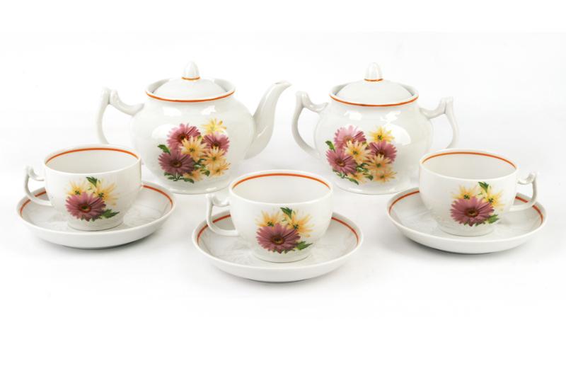 Чайник заварочный Фарфор Вербилок Розовые герберы. 1644166016441660Для того чтобы насладиться чайной церемонией, требуется не только знание ритуала и чай высшего сорта. Необходим прекрасный заварочный чайник, который может быть как центральной фигурой фарфорового сервиза, так и самостоятельным, отдельным предметом. От его формы и качества фарфора зависит аромат и вкус приготовленного напитка. Именно такие предметы формируют в доме атмосферу истинного уюта, тепла и гармонии. Можно ли сравнить пакетик с чаем или растворимый кофе с заварными вариантами этих напитков, которые нужно готовить самим? Каждый их почитатель ответит, что если применить кофейник или заварочный чайник, то можно ощутить более богатый, ароматный вкус этих замечательных напитков.