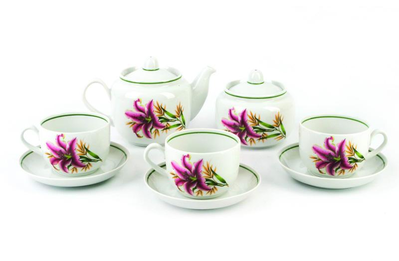 Чайник заварочный Фарфор Вербилок Август. Розовая лилия. 17319901731990Для того чтобы насладиться чайной церемонией, требуется не только знание ритуала и чай высшего сорта. Необходим прекрасный заварочный чайник, который может быть как центральной фигурой фарфорового сервиза, так и самостоятельным, отдельным предметом. От его формы и качества фарфора зависит аромат и вкус приготовленного напитка. Именно такие предметы формируют в доме атмосферу истинного уюта, тепла и гармонии. Можно ли сравнить пакетик с чаем или растворимый кофе с заварными вариантами этих напитков, которые нужно готовить самим? Каждый их почитатель ответит, что если применить кофейник или заварочный чайник, то можно ощутить более богатый, ароматный вкус этих замечательных напитков.