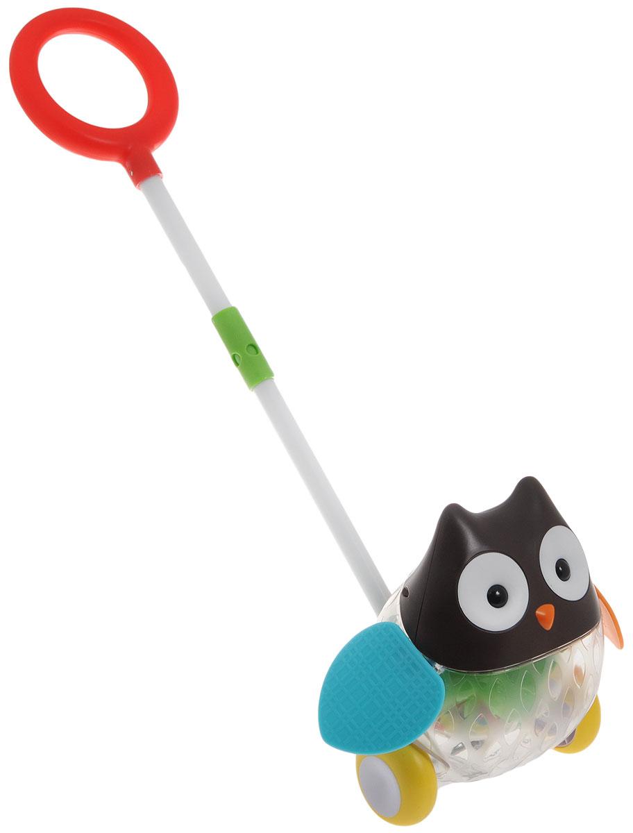 Skip Hop Игрушка-каталка с ручкой СоваSH 303103Яркая игрушка-каталка Skip Hop Сова предназначена для детей, начинающих самостоятельно ходить. С ее помощью первые шаги малыша станут более уверенными, игрушка поддержит его при ходьбе. Во время движения сова будет махать разноцветными, яркими крыльями. А в прозрачном животике совы будут кататься разноцветные шарики, издавая звук, похожий на шум дождя. Резиновые колеса смягчают движение игрушки и защищают пол от повреждений. Материалы, использованные для оформления игрушки, являются нетоксичными. Игрушка полностью безопасна для детей и не содержит бисфенол А, поливинилхлорид и фталаты.