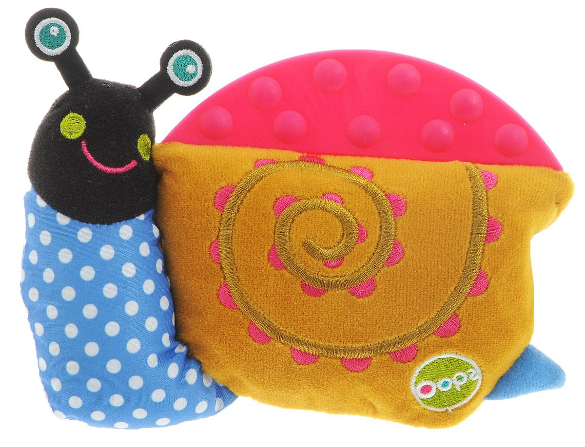 Oops Развивающая игрушка-прорезыватель Улитка МушиO 13002.00Развивающая игрушка-прорезыватель Oops Улитка Муши не оставит равнодушным ни одного малыша. Выполненная из разнофактурных материалов, игрушка служит не только прекрасным средством при прорезывании зубов, но и помогает развивать цветовое и слуховое восприятие, тактильную чувствительность и моторику. Тело улитки шелестит при надавливании. При встряхивании гремит встроенная погремушка. Верхняя часть игрушки представляет собой прорезыватель полукруглой формы. Забавная игрушка станет для малыша отличным компаньоном в играх и обязательно поднимет настроение.