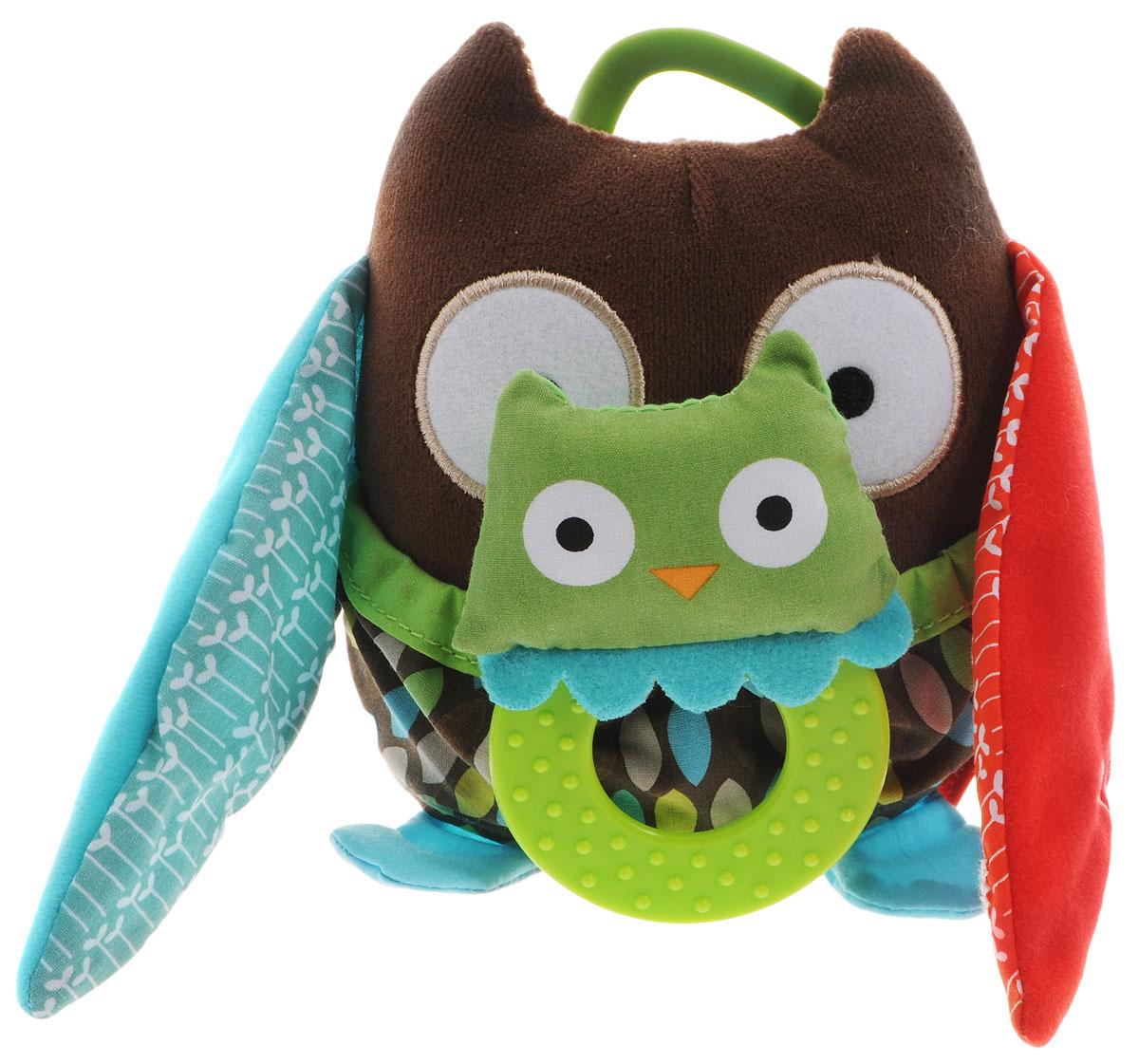 Skip Hop Развивающая игрушка-подвеска Сова с совенкомSH 307510Подвесную игрушку на коляску Skip Hop Сова с совенком можно взять с собой на прогулку в парк, она не даст заскучать и успокоит вашего малыша, если его что-то расстроит. Игрушка выполнена из разнофактурных материалов в виде мамы-совы со своим малышом-совенком. Лапки мамы совы шелестят, тело совенка выполнено в виде пластикового кольца-прорезывателя. За счет разнообразной фактуры забавные зверюшки от Skip Hop помогут в тактильном развитии вашему малышу, станут хорошими друзьями и всегда поднимут настроение. Игрушка легко крепится к любой коляске или кроватке с помощью большого пластикового кольца.