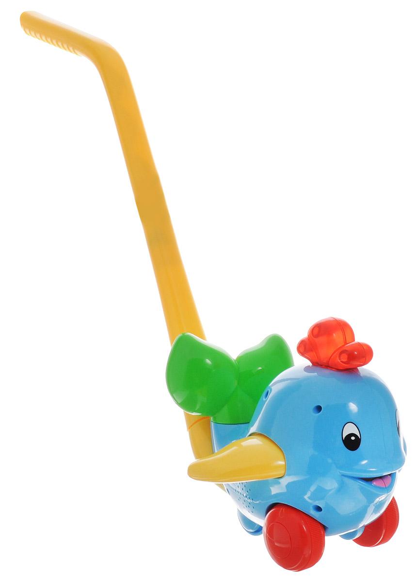 Kiddieland Игрушка-каталка ДельфинKID 049577Развивающая игрушка-каталка Kiddieland Дельфин непременно понравится вашему ребенку и не позволит ему скучать. Игрушка выполнена в виде улыбающегося дельфина с фонтанчиком на голове. У игрушки имеется удобная прочная ручка, с помощью которой дельфина можно катать по полу. При движении будет звучать приятная музыка, а фонтанчик светиться. Дельфин двигает плавниками и хвостиком. Игрушка-каталка Kiddieland Дельфин поможет малышу в развитии цветового и звукового восприятия, мелкой моторики рук, координации движений, когнитивных навыков. Для работы игрушки необходимы 2 батарейки АА (товар комплектуется демонстрационными).