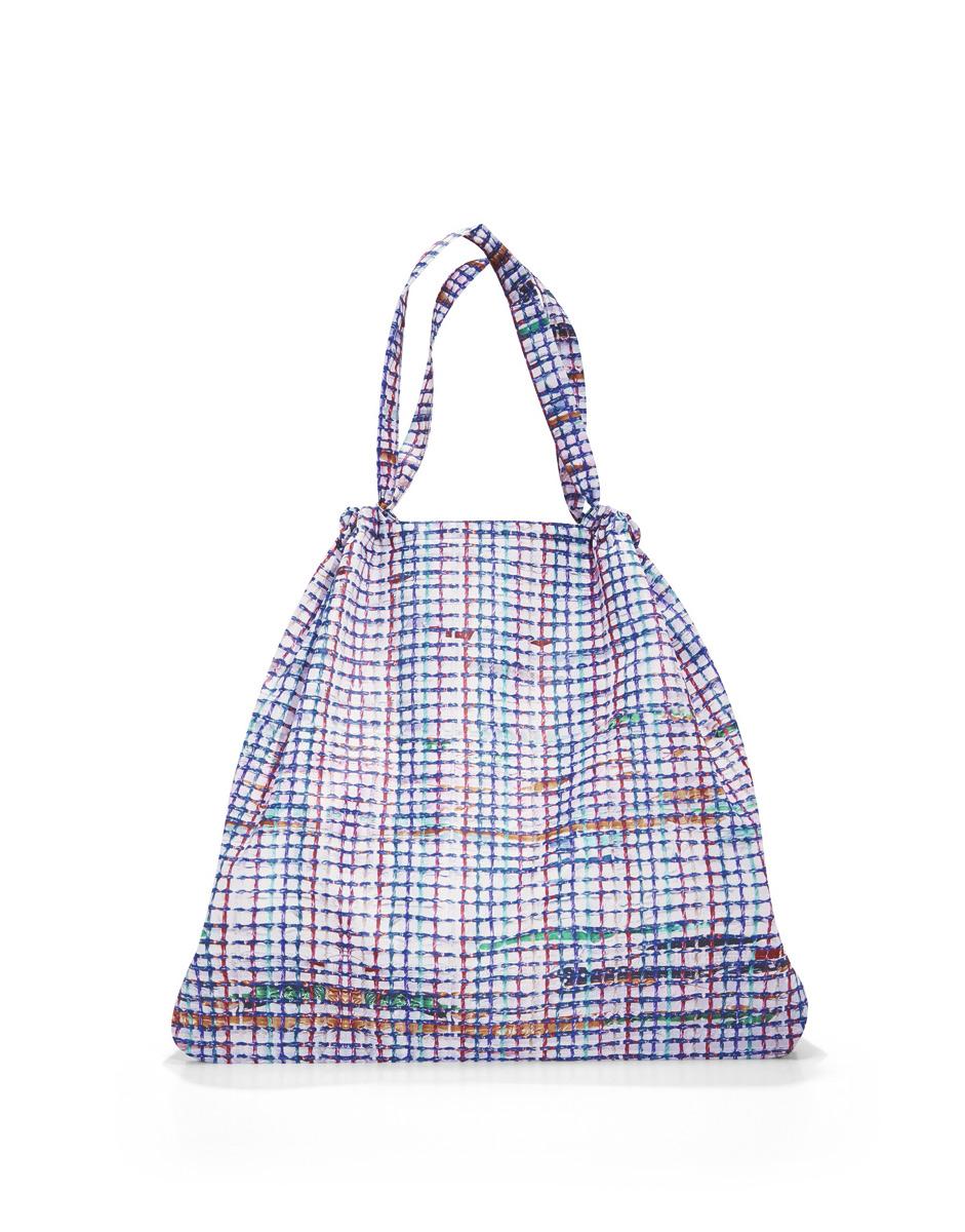 Сумка Reisenthel, складная, цвет: белый, голубой, фиолетовый. AR4041AR4041Модная сумка Reisenthel выполнена из текстиля и оформлена оригинальным принтом. Изделие имеет одно большое отделение. Внутри расположен нашивной карман на застежке-молнии, в который сумка легко складывается. Сумка оснащена двумя ручками.