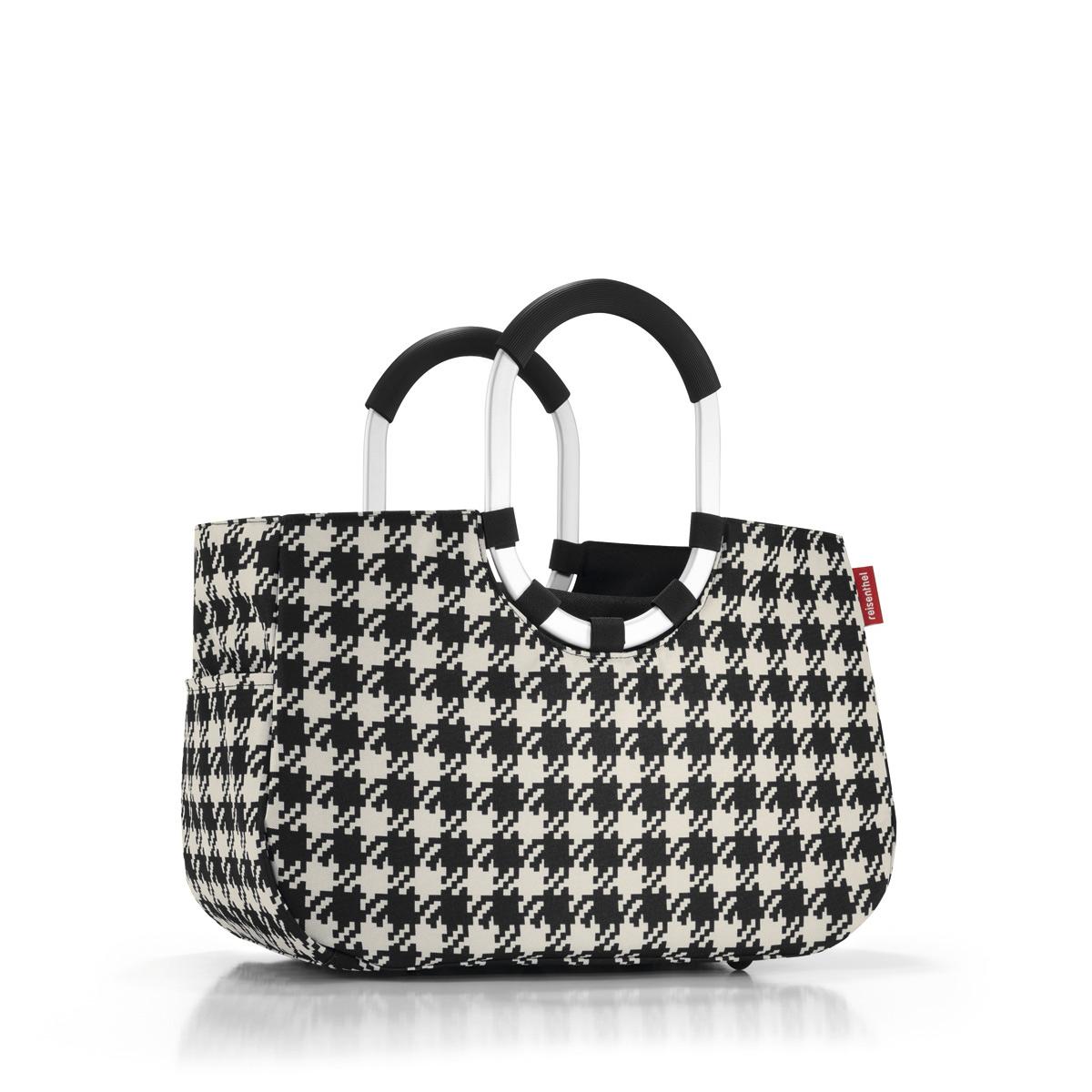 Сумка Reisenthel, цвет: черный. OS7028OS7028Элегантная шоппинг-сумка, которая выручит как в походе за продуктами, так и при сборах на дачу или на пикник. Ручки из прочного алюминия со специальным прорезиненным покрытием, очень удобно носить в руках. Внутри - карман, застегивающийся на молнию. Плюс два кармана снаружи, по бокам сумки. Так же есть съемная внутренняя сумочка с тремя отделениями (размер 23 х 28 х 8 см). Внутренний объем - 12 литров.