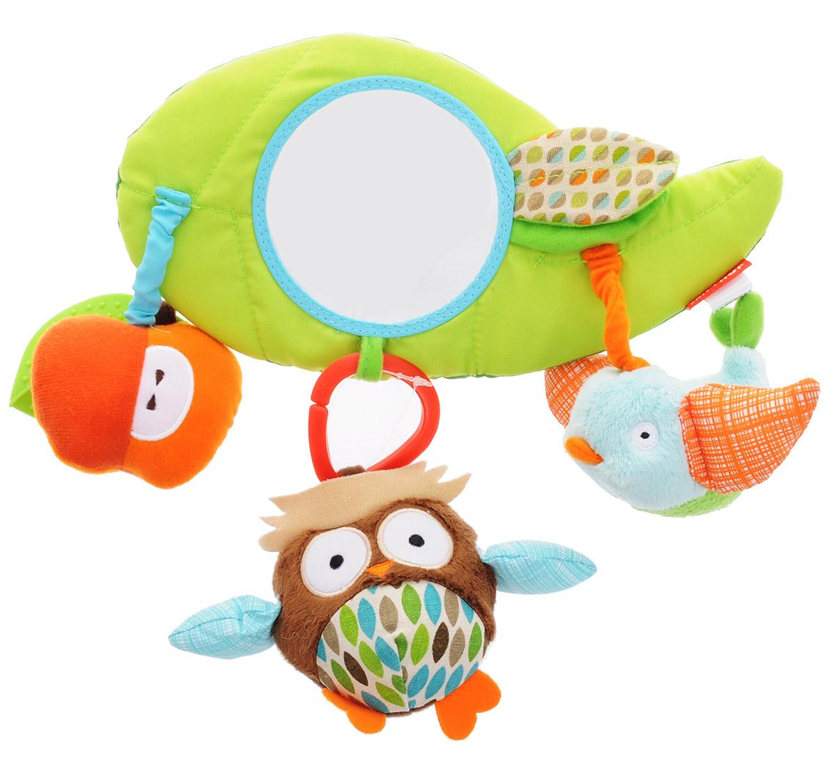 Skip Hop Развивающая игрушка-подвеска на коляску ДрузьяSH 185600Развивающая игрушка-подвеска на коляску Skip Hop Друзья обязательно понравится вашему малышу. Игрушка выполнена из разнофактурных текстильных материалов и пластика в виде большого листочка с безопасным зеркалом, шуршащим листочком и прикрепленными игрушками: птичкой, совой и яблоком. Птичка оснащена пищалкой, в сову и яблоко вшиты погремушки, к яблоку прикреплен прорезыватель в виде листика. Игрушку-подвеску можно установить на коляску или детское кресло с помощью застежек-липучек. Яркая игрушка-подвеска Skip Hop Друзья поможет развить у малыша мелкую моторику рук, звуковое и зрительное восприятие, тактильные ощущения, координацию движений, а милый, жизнерадостный образ подарит малышу хорошее настроение! Не содержит бисфенол А, поливинилхлорид и фталаты.
