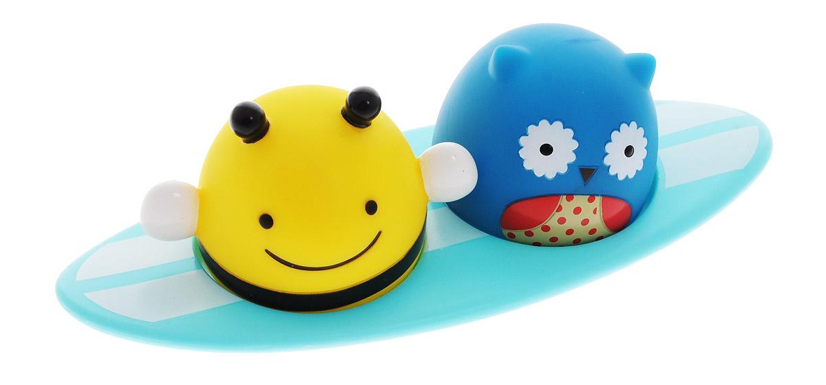 Skip Hop Игрушка для ванной СерферыSH 235356Игрушка для ванной Skip Hop Серферы понравится вашему ребенку и развлечет его во время купания. Она выполнена из безопасного материала в виде пчелки и совы, сидящих на доске для серфинга. Размер игрушки идеален для маленьких ручек малыша. При замыкании контактов на основании фигурок пальцем или при контакте с водой фигурки начинают светиться. Игрушка для ванной способствует развитию цветового восприятия, тактильных ощущений и мелкой моторики рук, знакомит с причинно-следственными связями.