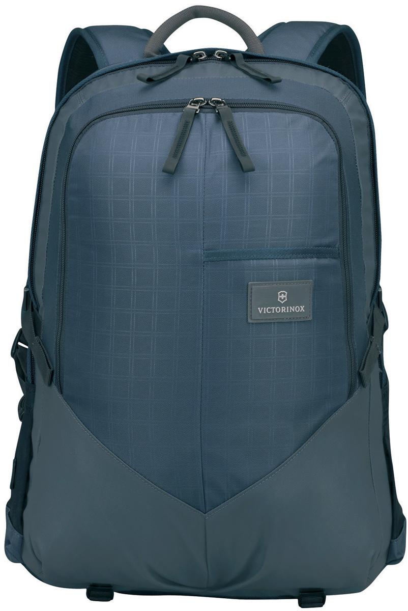 Рюкзак Victorinox Altmont 3.0. Deluxe Backpack, 30 л, цвет: синий. 32388009 + ПОДАРОК: нож-брелок Escort32388009Оригинальный швейцарский армейский нож Swiss Army был создан в 1897 году в небольшой деревушке Ибах в Швейцарии. С тех пор продукция, выпускаемая под маркой Victorinox с ее узнаваемым логотипом в виде креста на щите, по праву считается эталоном отличного качества, высокой функциональности, инновационных технологий и культового дизайна. Преданность принципам в течение последних 130 лет позволила создавать продукты, которые являются выдающимися не только по дизайну и качеству, но которые также являются надежными спутниками в больших и маленьких жизненных приключениях. Сегодня фирма с гордостью представляет линейку сумок, чемоданов и дорожных аксессуаров, которые наилучшим образом воплощают в себе данные принципы, а также сочетают в себе черты лучшего классического стиля. Индивидуальность - это то, что отличает вас от любого другого человека, с которым вы сталкиваетесь на улице, в поезде, с которым вы общаетесь в городе. Каждый день вашей жизни — это уникальный опыт, который...