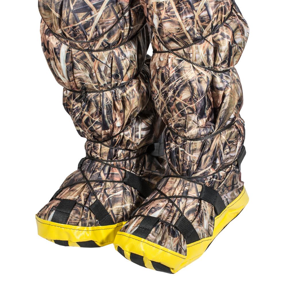Бахилы снежные PRO-4x4, цвет: камуфляж. Размер L (44-46)PRO-SNW-C00004Часто бывает так, что вроде бы и ботинки надежно предохраняют от снега, но возвращаясь домой у вас все ноги мокрые и замерзшие. А все потому, что уровень снега иногда превышает высоту ботинок, и снег попадает под штанину, внутрь ботинка, образуя там ледышки, да еще и штанины все мокрые и в корке льда, что не добавляет человеческому организму здоровья. Наши снежные бахилы легко отряхиваются от снега перед посадкой в машину. Просто натягиваете бахилы на ваши ботинки, стягиваете нижнюю шнуровку по своему размеру, затягиваете верхнюю стяжку под коленом, и все, можете прыгать/бегать по сугробам совершенно не переживая за промокание обуви. Экземпляр оснащен противоскользящей накладкой. Легко отряхиваются от снега перед посадкой в машину.