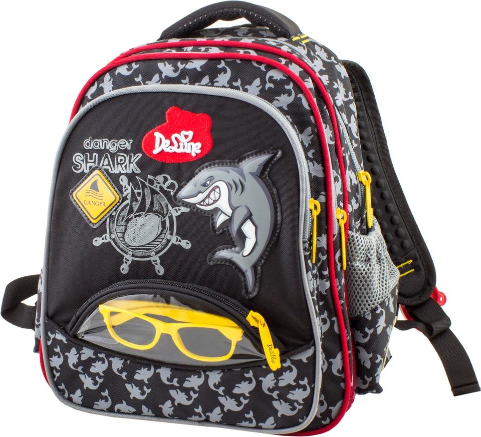 DeLune Рюкзак детский Danger Shark цвет черный серый красный54-08DeLune - это сказочный бренд, созданный для детей, которые верят в волшебство. Детский рюкзак DeLune Danger Shark имеет мягко-каркасную форму. Эта уникальная технология, позволяющая держать форму даже при полностью пустом рюкзаке, не прогибается и не меняет форму под весом. Рюкзак содержит два вместительных отделения, закрывающиеся на застежки- молнии. Высококачественные молнии известной фирмы SBS. В наибольшем отделении находятся две перегородки для тетрадей или учебников, фиксирующиеся резинкой, а также три открытых сетчатых кармана и нашивная бирка для заполнения личных данных владельца. В следующем отделении расположен открытый карман-сетка. Дно рюкзака можно сделать более устойчивым, разложив специальную панель. Внутреннее оснащение рюкзака разработано по специальной системе распределения вещей Open access, что позволяет удобно распределить школьные принадлежности ребенка. Лицевая сторона рюкзака оснащена накладным карманом на застежке-молнии. Внутри...