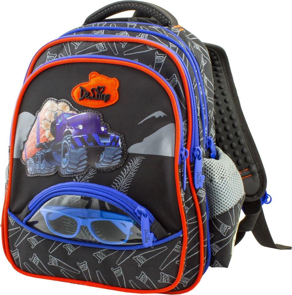DeLune Рюкзак детский цвет черный синий54-09Детский рюкзак DeLune имеет мягко-каркасную форму. Эта уникальная технология позволяет держать форму даже при полностью пустом рюкзаке, не прогибается и не меняет форму под весом. Эргономичная спинка разработана с учетом анатомии ребенка, позвоночник защищен специально сконструированной спинкой, что делает ношение рюкзака максимально удобным. Рюкзак содержит два вместительных отделения, которые закрываются на застежки-молнии известной фирмы SBS. В большем отделении находятся две пластиковые перегородки для тетрадей или учебников, фиксирующиеся резинкой, а также два открытых сетчатых кармана и нашивная бирка для заполнения личных данных владельца. В следующем отделении расположен открытый карман-сетка. Дно рюкзака можно сделать более устойчивым, разложив специальную панель. Внутреннее оснащение рюкзака разработано по специальной системе распределения вещей Open access, что позволяет удобно распределить школьные принадлежности ребенка. Лицевая сторона рюкзака оснащена...