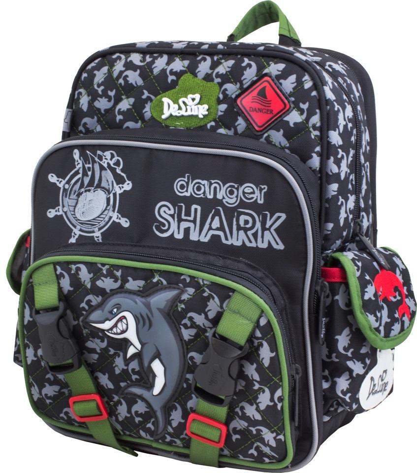 DeLune Рюкзак детский Danger Shark с наполнением цвет черный зеленый 2 предмета55-05Детский рюкзак DeLune Danger Shark имеет мягко-каркасную форму, которая позволяет держать форму даже при полностью пустом рюкзаке, не прогибается и не меняется под весом. Эргономичная спинка имеет достаточно жесткий каркас, но при этом очень мягкая и приятная снаружи, что обеспечивает комфортное ношение и защиту спины ребенка. Благодаря необычной форме рюкзак имеет большую вместимость. Проработанные детали, украшения и аппликации, яркие ткани - все для того, чтобы сохранить для детей ощущения сказки и волшебства и окунуть их в мир чудес, а благодаря качественному, легкому и прочному материалу рюкзак долговечен в носке, а множество отделений поможет разместить все необходимые вещи школьника. Рюкзак имеет два основных отделения. В центральном отделении находятся два пластиковых разделителя с карманом из сетки, на противоположной стороне - большое сетчатое отделение на резинке. Дно рюкзака можно сделать более жестким, разложив специальную панель, что повышает сохранность...