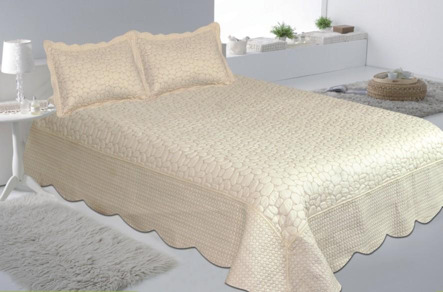 Комплект для спальни Buenas Noches: покрывало 230 см х 250 см, 2 наволочки 50 см х 70 см, цвет: молочный12524Комплект для спальни Buenas Noches состоит из покрывала и 2 наволочек. Верх и низ изделий выполнен из 100% хлопка. Наполнитель - 100% полиэстер. Комплект для спальни Buenas Noches - отличный способ придать спальне уют и привнести в интерьер что-то новое. Комплект упакован в сумку-чехол на застежке-молнии. Buenos Noches - продукция с высоким качеством исполнения и с использованием стойких и безвредных красителей. Размер покрывала: 230 см х 250 см. Размер наволочки: 50 см х 70 см.