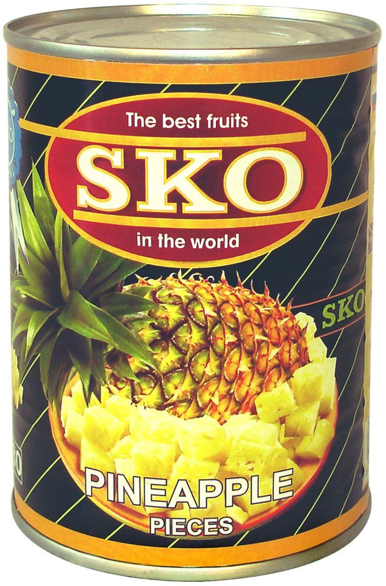 SKO Ананасы кусочками в сиропе,  г11030В производстве используются спелые ананасы, собранные на плантациях солнечного Таиланда. Применяются самые современные технологии производства, позволяющие сохранить аромат и вкус этого замечательного тропического фрукта. Сок ананаса хорошо расщепляет жиры, содержит в себе практически все витамины, а также минералы. В качестве заливки используется легкий сироп, умеренно сладкий. Замечательный десерт, можно использовать в приготовлении салатов, йогуртов, пирогов, тортов. При производстве используются тайские ананасы, а не китайские и вьетнамские, потому что ананасы из Таиланда считаются самыми качественными во всем мире.