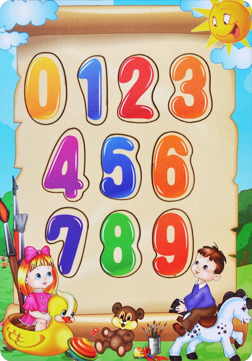 Фабрика Мастер игрушек Пазл для малышей Учим цифрыIG0012Чудесная рамка-вкладыш станет первым пазлом для Вашего ребенка. Эта простая, но увлекательная игрушка обязательно привлечет внимание малыша. Картинки такие интересные и яркие. Задача игры заключается в следующем. Надо разложить деревянные фигурки по своим местам, в специальные углубления - дощечки.