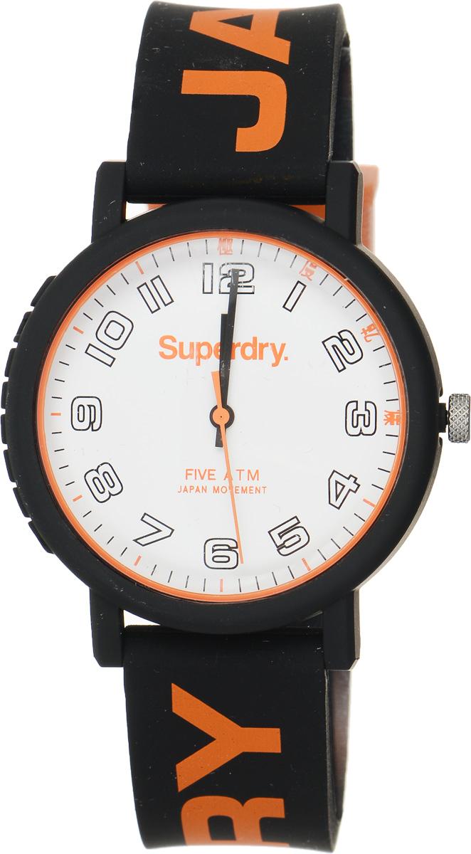 Часы наручные Superdry Urban, цвет: черный, оранжевый. SYG196OBSYG196OBСтильные часы Superdry Urban выполнены из нержавеющей стали, пластика и хезалитового стекла. Циферблат оформлен символикой бренда. Корпус изделия имеет степень влагозащиты 5 Bar, оснащен кварцевым механизмом и дополнен устойчивым к царапинам хезалитовым стеклом. Ремешок современного дизайна выполнен из силикона и оснащен пряжкой, которая позволит с легкостью снимать и надевать изделие. Часы поставляются в фирменной упаковке. Часы Superdry Urban подчеркнут отменное чувство стиля у их обладателя.
