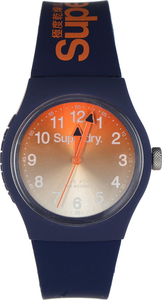 Часы наручные Superdry Urban, цвет: темно-синий. SYG198UOSYG198UOСтильные часы Superdry Urban выполнены из нержавеющей стали, пластика и хезалитового стекла. Циферблат оформлен символикой бренда. Корпус изделия имеет степень влагозащиты 5 Bar, оснащен кварцевым механизмом и дополнен устойчивым к царапинам хезалитовым стеклом. Ремешок современного дизайна выполнен из силикона и оснащен пряжкой, которая позволит с легкостью снимать и надевать изделие. Часы поставляются в фирменной упаковке. Часы Superdry Urban сочетают в себе американский винтаж, японскую эстетику и традиционный британский стиль, тем самым прекрасно дополнят образ.