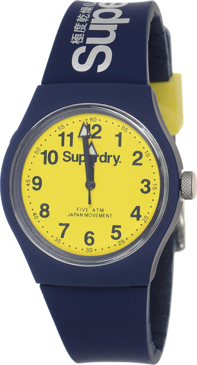 Часы наручные Superdry Urban, цвет: темно-синий. SYG164UYSYG164UYСтильные часы Superdry Urban выполнены из нержавеющей стали, пластика и хезалитового стекла. Циферблат оформлен символикой бренда. Корпус изделия имеет степень влагозащиты 5 Bar, оснащен кварцевым механизмом и дополнен устойчивым к царапинам хезалитовым стеклом. Ремешок современного дизайна выполнен из силикона и оснащен пряжкой, которая позволит с легкостью снимать и надевать изделие. Часы поставляются в фирменной упаковке. Часы Superdry Urban сочетают в себе американский винтаж, японскую эстетику и традиционный британский стиль, тем самым прекрасно дополнят образ.