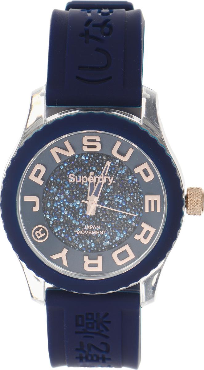 Часы наручные женские Superdry Urban, цвет: синий. SYL174URGSYL174URGЭлегантные часы Superdry Urban выполнены из нержавеющей стали, пластика и хезалитового стекла. Циферблат инкрустирован кристаллами Swarovski и оформлен символикой бренда. Корпус изделия имеет степень влагозащиты 5 Bar, оснащен кварцевым механизмом и дополнен устойчивым к царапинам хезалитовым стеклом. Ремешок современного дизайна выполнен из силикона и оснащен пряжкой, которая позволит с легкостью снимать и надевать изделие. Часы поставляются в фирменной упаковке. Часы Superdry Urban подчеркнут изящество женской руки и отменное чувство стиля у их обладательницы.